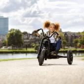 🛴 Cooles Schwarz, Offroad-Reifen und hippe grafische Akzente 🚸  Der Choppy NEO hat ein einzelnes Vorderrad, wie bei einem Motorrad. Das macht den Pedal-Gokart enorm wendig. Mit dem BFR-System ist es ganz einfach, aus der Vorwärtsfahrt zu bremsen und sofort rückwärts weiterzufahren. Natürlich verfügt der Choppy NEO auch über komfortable Luftreifen und einen leicht verstellbaren Sitz.  Noch mehr Spaß am spielen bei uns im Online Shop 👉 Link in Bio  #bergtoys #choppy #neo #pedalgokart #cool #schwarz #offroad #hipp #motorradlenker #wendig #bfr #gokart #komfortabel #luftreifen #spaß #abenteuer #kinder #fahrvergnügen #onlineshop #deingokart